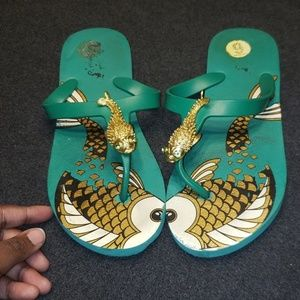 🎈 5 for  $25 Green and gold  flip flops